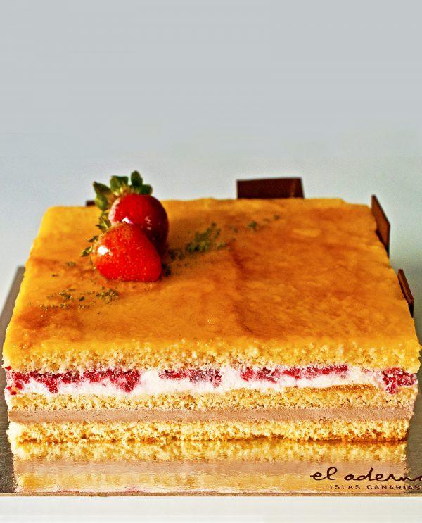 tarta cuadrada de capas de trufa, bizcocho, nata con frambuesas