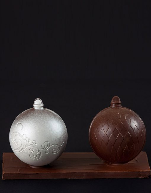 Dos bolas navideñas de chocolate