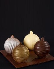 cuatro bolas de navidad de chocolate El Aderno