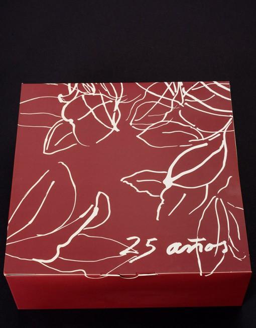 caja con diseño de hojas y ramas de adernos