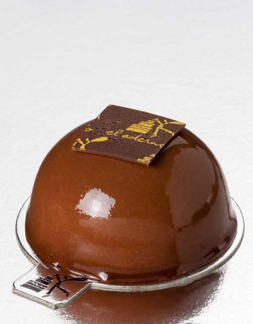Mousse Izan de chocolate negro con interior de albaricoque