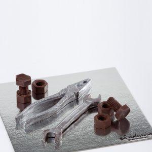 tuercas, tornillos, llave y alicates de chocolate.