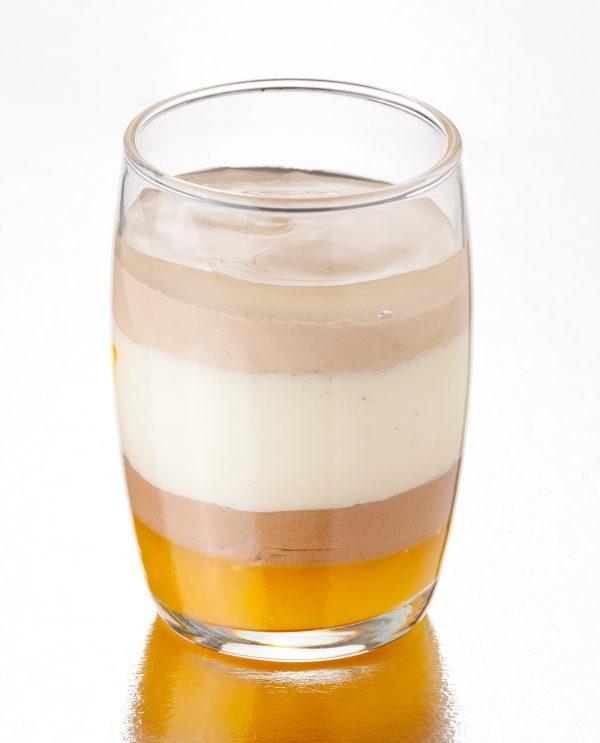 vaso de chocolate blanco, con leche y negro, y mandarina
