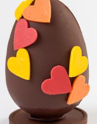 Huevo de chocolate con corazones