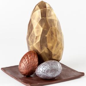 Conjunto de huevos de chocolate sobre tabla