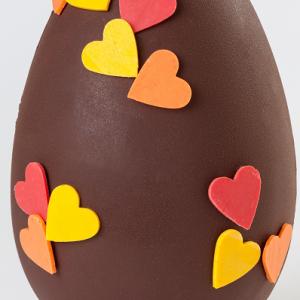 Huevo grande de chocolate con corazones