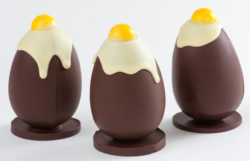 Huevo de Pascua de chocolate con huevo frito