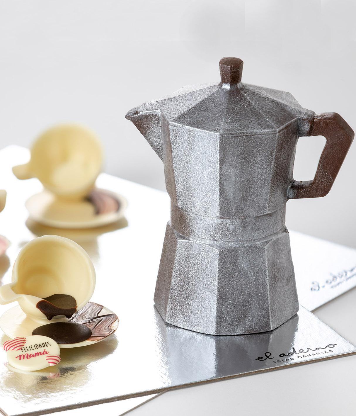 cafetera y taza de chocolate