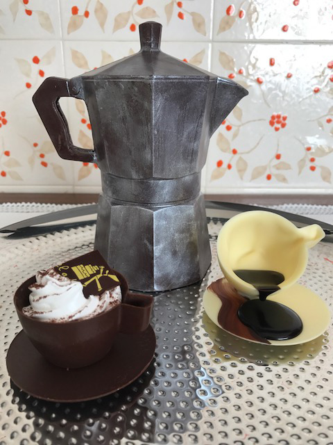 conjunto de cafe hecho de chocolate