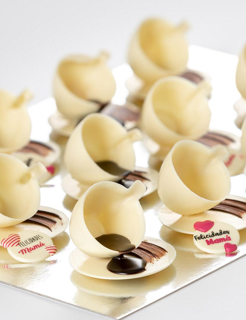 tacitas hechas de chocolate