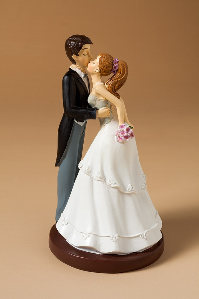 figura pareja de novios beso