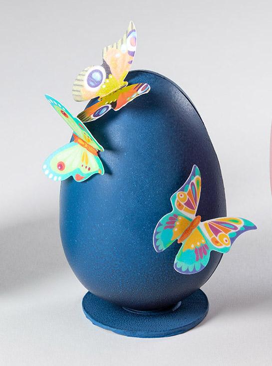 huevo de pascua azul con mariposas